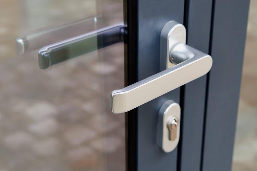 porta con serratura